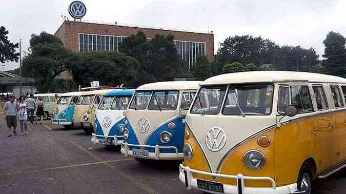 Centenas de Kombis foram expostas na planta da marca alemã(foto: Nelson Almeida/AFP)