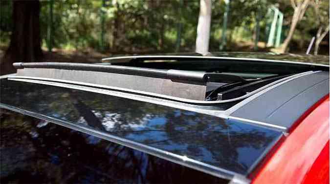 Teto solar do Bravo é mais discreto e quando aberto, a lâmina de vidro fica bem rente ao teto do carro(foto: Thiago Ventura/EM/D.A PRESS)