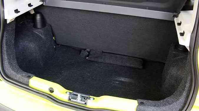 Assim como em outros hatches, o espaço no porta-malas é limitado(foto: Marlos Ney Vidal/EM/D. A Press)