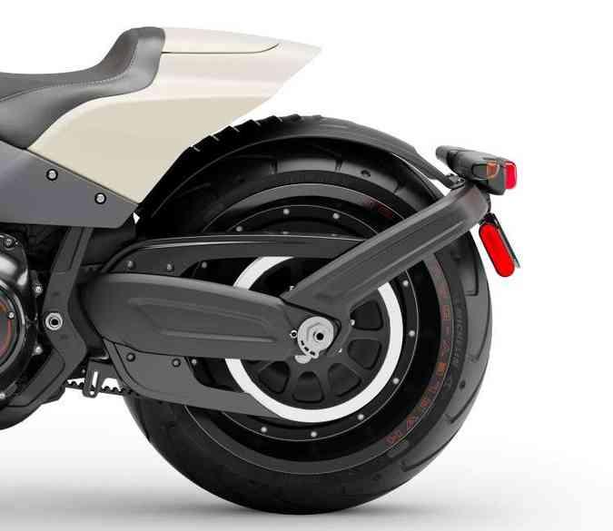O pneu traseiro, calçado em roda de liga leve, tem 240mm de medida(foto: Harley-Davidson/Divulgação)
