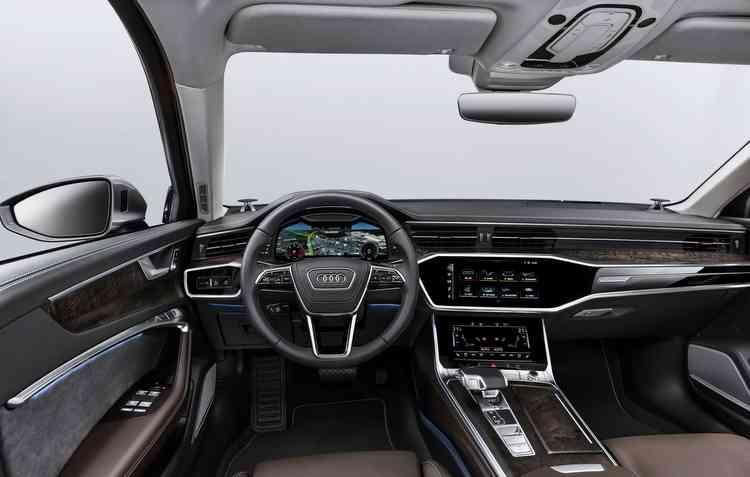 A6 conta com controle em idioma que processa perguntas e comandos de duas maneiras, com dados armazenados a bordo e em conjunto com o MMI navigation plus. Foto: Audi / Divulgação -