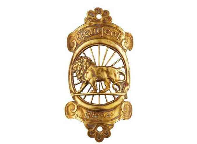 1905: o leão está à frente dos aros de uma roda, emoldurada por uma coroa dourada.(foto: Peugeot/Divulgação)