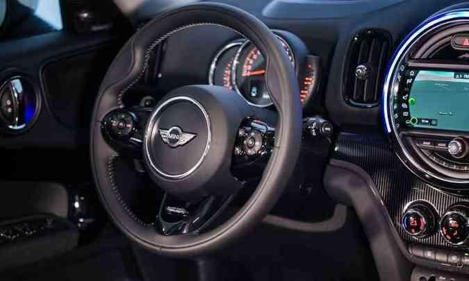 O acabamento interno é de boa qualidade e o volante tem desenho esportivo(foto: MINI/Divulgação)
