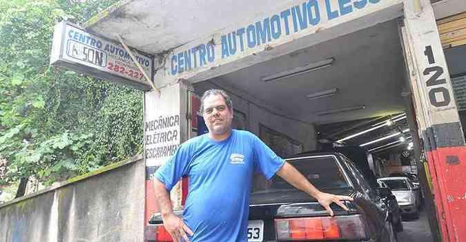 No ramo há 33 anos, Wellerson Ferreira Fontes, do Centro Automotivo Lesson, garante não deixar passar nada nas revisões que faz(foto: Rodrigo Clemente/EM/D.A Press)