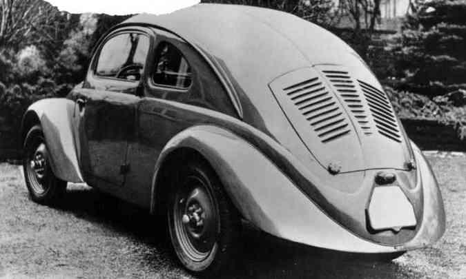 Uma das 30 unidades pré-série construídas entre 1936 e 1937 para testes de resistência, repare que não há vidro traseiro, para-choques e estribos(foto: Volkswagen/Divulgação)