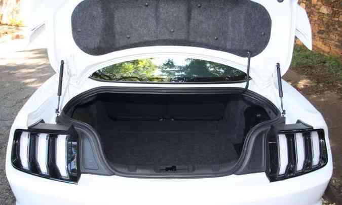 Porta-malas de 382 litros é artigo de luxo para um esportivo(foto: Edésio Ferreira/EM/D.A Press)