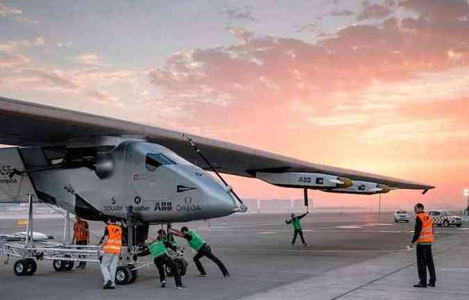 Cerca de 80 pessoas trabalharam para construir o avião com asas que medem 72 metros, mas com peso de um carro.(foto: Solar Impulse/Divulgação)