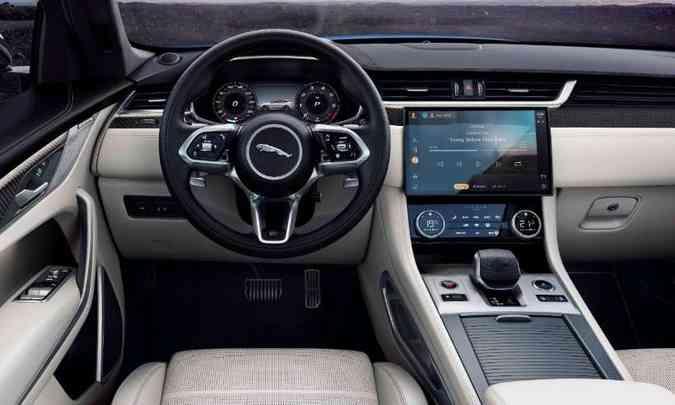 O interior tem acabamento sofisticado e multimídia com tela tátil curvada(foto: Jaguar/Divulgação)