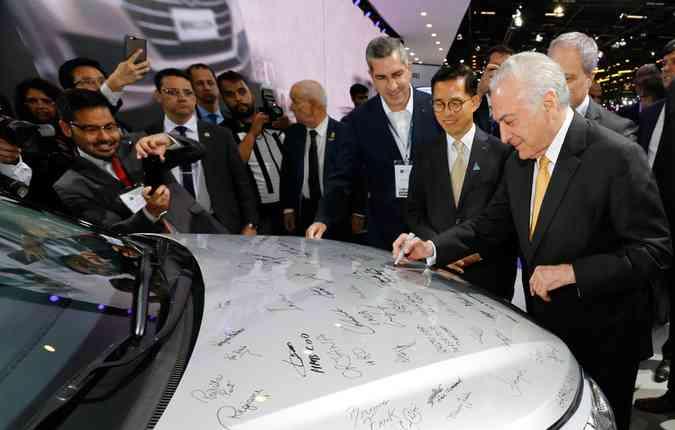 No Salão do Automóvel, Temer assina o decreto que regulamenta o Rota 2030 (foto: Cesar ITIBERE / Brazilian Presidency / AFP)