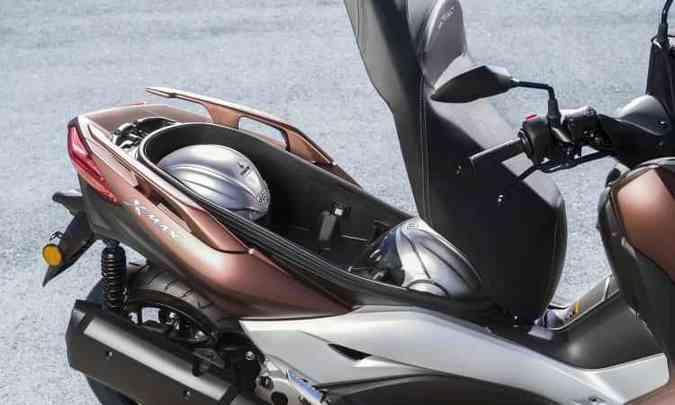 O porta-malas comporta dois capacetes e outros objetos(foto: Yamaha/Divulgação)