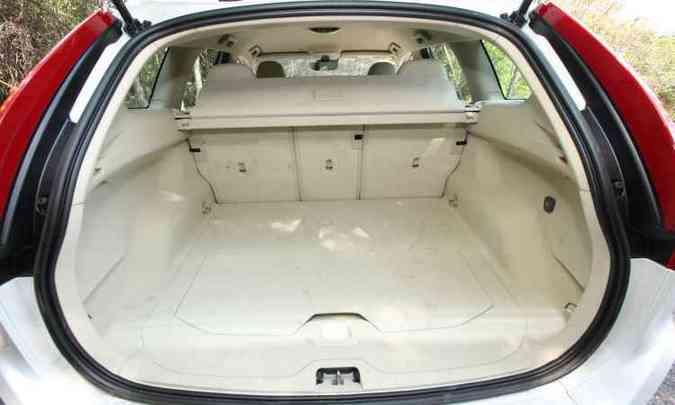 Com 495 litros, porta-malas tem compartimento fechado para objetos menores(foto: Edésio Ferreira/EM/D.A Press)