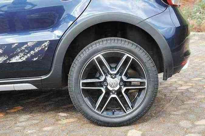 Roda de liga leve aro 16 e pneus de perfil 50 são incoerentes com versão aventureira(foto: Gladyston Rodrigues/EM/D.A Press)