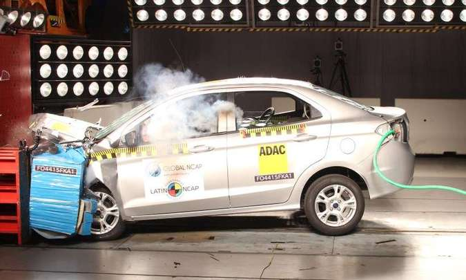 %u2026assim como o Ford Ka, que também mostrou proteção ruim para o tórax e desempenho fraco no teste de chicote cervical(foto: LatinNCAP/Divulgação)