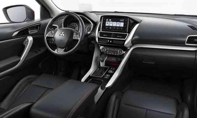 O interior tem acabamento de boa qualidade e multimídia com tela tátil de sete polegadas(foto: Mitsubishi/Divulgação)