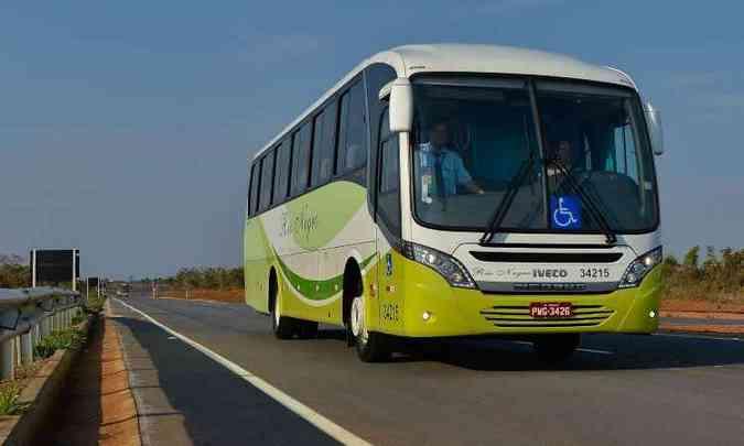 Ônibus encarroçados no chassi 170S28 são usados no fretamento da Fiat, em Betim(foto: Iveco/Divulgação)