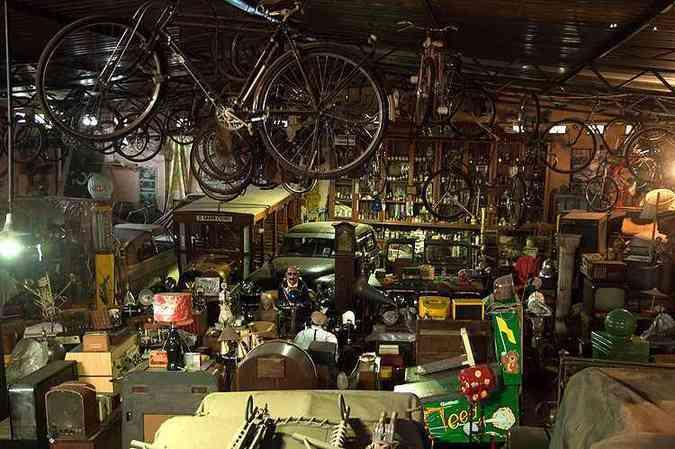 São milhares de objetos: rádios, telefones, brinquedos, gramofone, bomba de gasolina, lampiões, máquinas fotográficas, relógios...(foto: Thiago Ventura/Em/D.A Press)