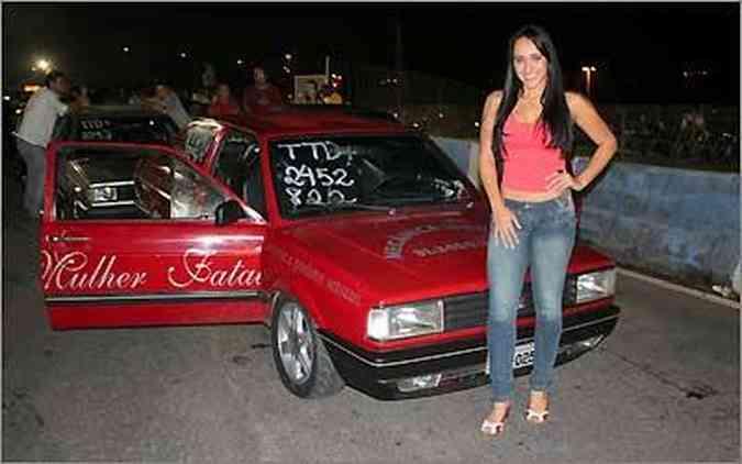 Aruana Moreira posou para a revista Sexy ao lado de seu Voyage preparado(foto: Fotos: Mega Space/Divulgação)