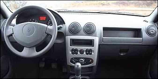 Painel com desenho simples é recuado, obrigando motorista a se curvar para ter acesso aos comandos(foto: Fotos: Marlos Ney Vidal/EM)