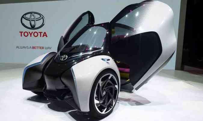 Destaque no estande da Toyota é o conceito elétrico i-Tril, um triciclo compacto futurista (foto: Fabrice Coffrini/AFP)