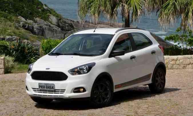O visual tem estilo discreto, com rodas de 15 polegadas pintadas de preto, rack no teto, faróis de neblina e molduras nas caixas de roda (foto: Ford/Divulgação)
