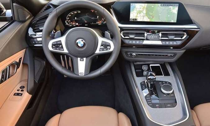 O cock-pit deixa todos os comandos à mão do motorista, que conta com sistema multimídia moderno(foto: BMW/Divulgação)