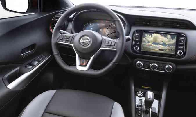 O interior também traz detalhes em vermelho e o sistema multimídia tem tela tátil de oito polegadas(foto: Nissan/Divulgação)