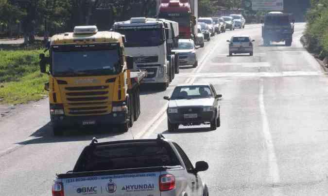 Flagrante de ultrapassagem irregular na BR-381: policiais rodoviários apostam em valor maior de multa para inibir manobras arriscadas(foto: Paulo Filgueiras/EM/D.A Press - 4/5/2016)