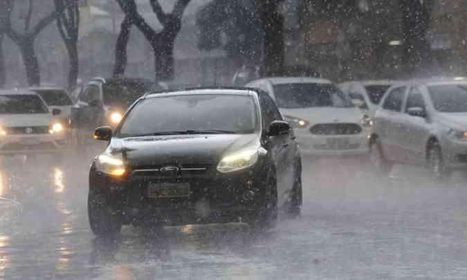 Principalmente nos dias de chuva, os faróis devem permanecer ligados o dia todo(foto: Gladyston Rodrigues/EM/D.A Press)