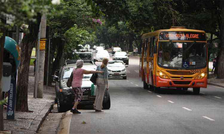 Picape em ponto da Savassi: passageiros são obrigados a ir para a rua e, muitas vezes, perdem o ônibus  - Edésio Ferreira/EM/DA Press