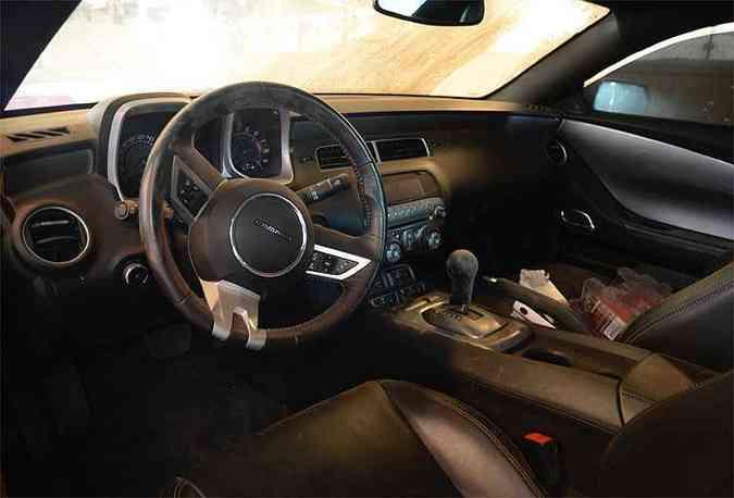 Detalhe do interior do Camaro 2011 no pátio do Detran(foto: Thiago Ventura/EM/D.A Press)