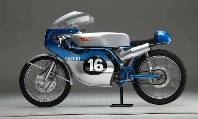 O modelo RT 67 125 dos anos 1960 inspirou a decoração da Suzuki MotoGP(foto: Suzuki/Divulgação)
