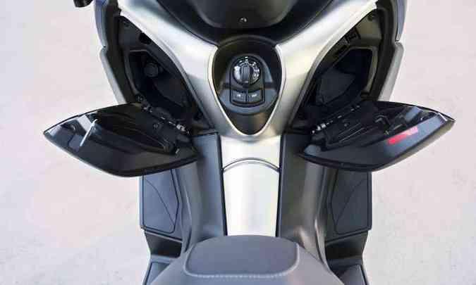 O scooter conta com dois porta-luvas no escudo frontal, com tomada de 12V para recarregar o celular(foto: Yamaha/Divulgação)