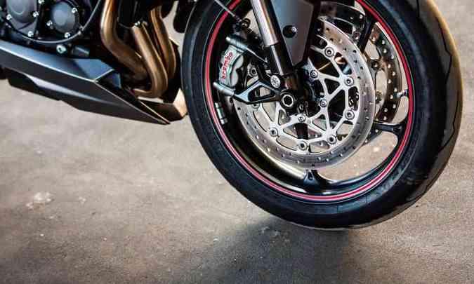 As rodas são de aro 17 polegadas, calçadas com pneus de alta performance(foto: Gustavo Epifânio/Triumph/Divulgação)