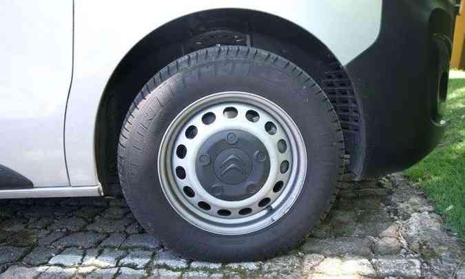 Rodas em aço calçam pneus com perfil alto, que ampliam o conforto a bordo(foto: Edésio Ferreira/EM/D.A Press)