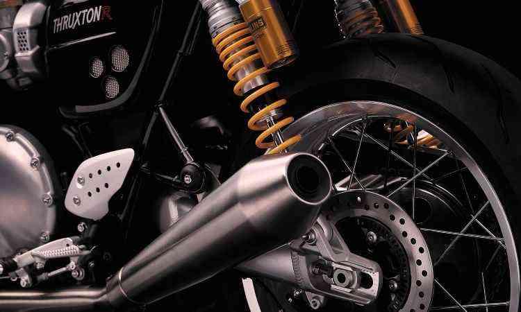 A suspensão traseira é dupla, com amortecedores Ohlins reguláveis, e os freios são a disco com sistema ABS - Triumph/Divulgação