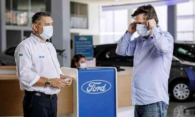 Os funcionários são orientados a não manter contato físico e respeitar uma distância mínima do cliente(foto: Ford/Divulgação)