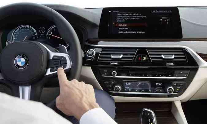 iDrive integra de áudio, telefone e navegação em tela de 10,25 polegadas(foto: BMW/Divulgação)