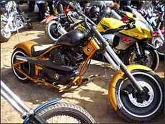 Motos customizadas por estúdios especializados e superesportivas convivem em harmonia nas ruas de Tiradentes(foto: Fotos: Téo Mascarenhas/Especial para EM)