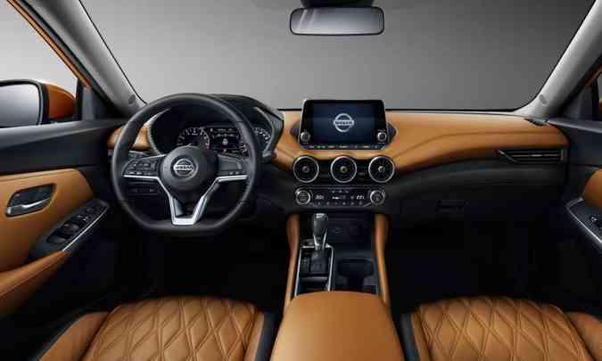 Interior ficou mais sofisticado, com tela flutuante do sistema multimídia e volante de base achatada(foto: Nissan/Divulgação)