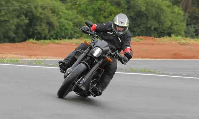 Nas curvas, é possível grandes inclinações sem raspar(foto: Mário Villaescusa/Harley-Davidson/Divulgação)