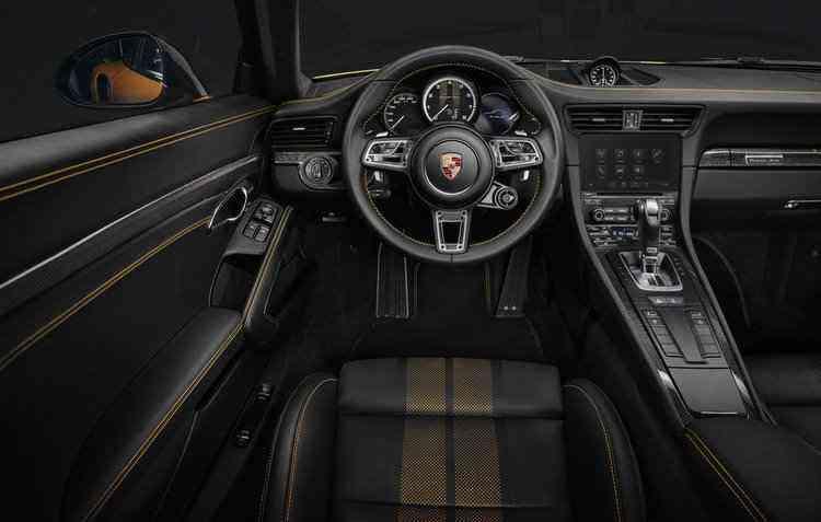Parte interna do veículo vai contar com bancos ajustáveis em 18 posições com costura da mesma cor do carro - Porsche/Divulgação