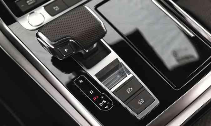 O câmbio automático Tiptronic de oito velocidades favorece o bom desempenho do SUV(foto: Audi/Divulgação)