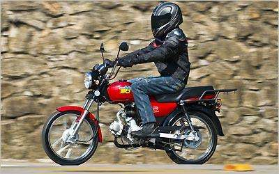Estilo retrô lembra as motos dos anos 1970. Os freios são a tambor e o quadro em aço estampado -