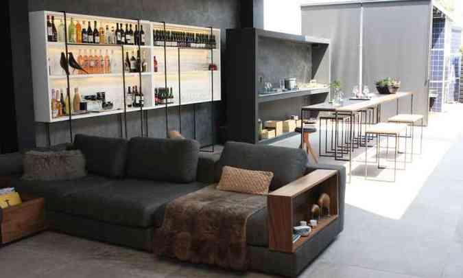 A maior área foi dedicada ao bar e a uma cozinha: a estante concentra copos e bebidas na parte de cima(foto: Edésio Ferreira/EM/D.A. Press)