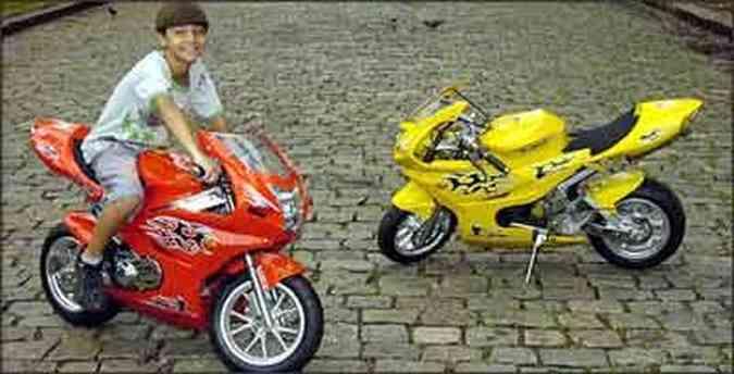 Pequena moto feita na China é vendida em cores diferentes e não precisa ser emplacada, mas não pode trafegar no trânsito(foto: Fotos: Jair Amaral/EM - Modelo Cristyano Massud)