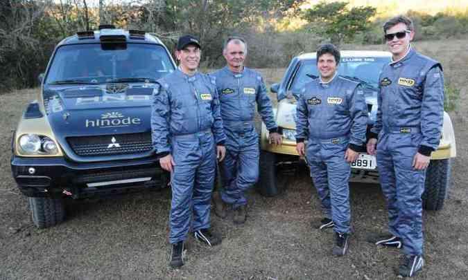 Pilotos mineiros Antônio Carlos (esq.) e Lucas Teixeira (mais à direita) competem pela equipe HND Racing(foto: Gladyston Rodrigues/EM/D.A Press )