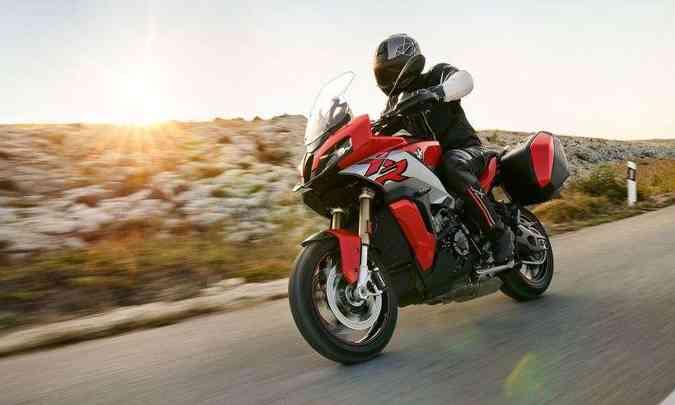 O motor, de quatro cilindros em linha, é derivado da superesportiva S 1000 RR(foto: BMW/Divulgação)
