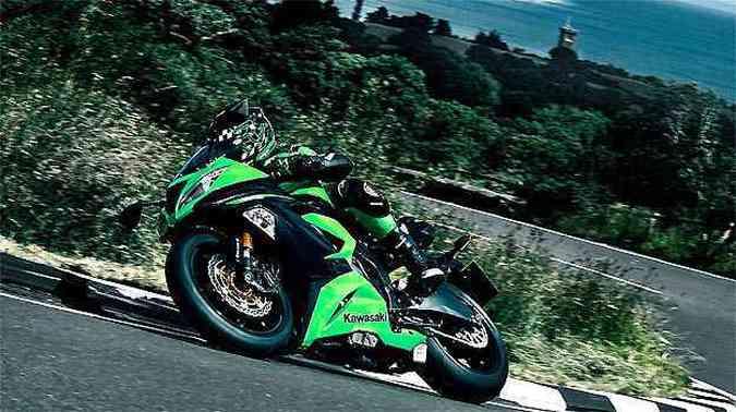 O motor de quatro cilindros em linha passou de 599cm³ para 636cm³(foto: Fotos: Kawasaki/Divulgação)