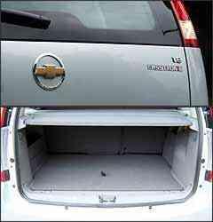 Adesivo na traseira é a única identificação externa da versão; porta-malas, razoável, tem 360 litros - Marlos Ney Vidal/EM - 25/1/08