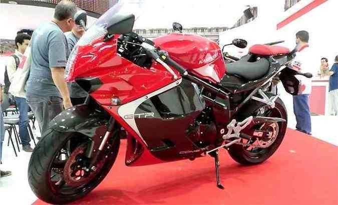 A esportiva GT 650R tem opção de acabamento em fibra de carbono(foto: Fotos: Téo Mascarenhas/EM/D.A PRESS)